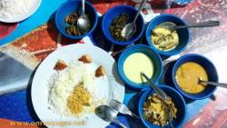 Un «rice and curry» avec ses petits plats de mets à mélanger au riz