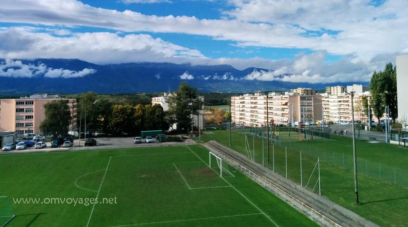 Vue de la Cité de Meyrin depuis un bloc pareil que ceux en face... et vue sur les montagnes du Jura français